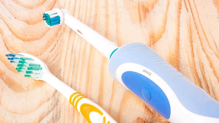 Электрическая зубная щетка с футляром